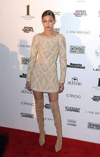 Cómo combinar: vestido tubo bordado en beige, botas sobre la rodilla de ante marrón claro
