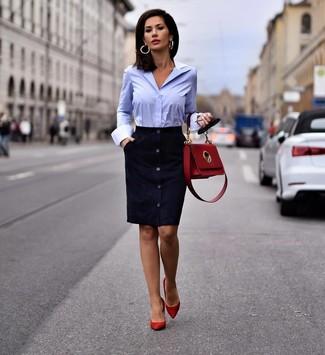 Cómo combinar un bolso de hombre de cuero rojo: Ponte un vestido tubo de ante azul marino y un bolso de hombre de cuero rojo transmitirán una vibra libre y relajada. Zapatos de tacón de ante rojos son una opción grandiosa para complementar tu atuendo.