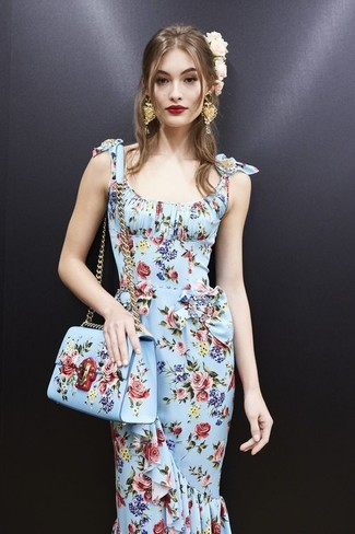 Cómo combinar: vestido tubo con print de flores celeste, bolso bandolera de cuero con print de flores celeste, cinta para la cabeza con print de flores rosada, pendientes dorados