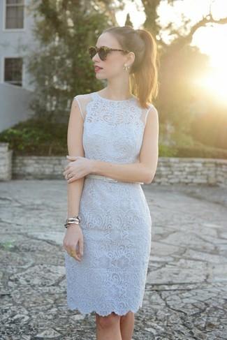 Cómo combinar: vestido tubo de encaje celeste, correa de cuero blanca, gafas de sol de leopardo en marrón oscuro, pulsera plateada