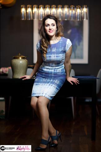 Cómo combinar: vestido tubo celeste, sandalias de tacón de cuero azul marino, pendientes azules