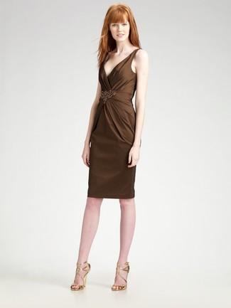 Cómo combinar: vestido tubo con adornos en marrón oscuro, sandalias de tacón de cuero doradas