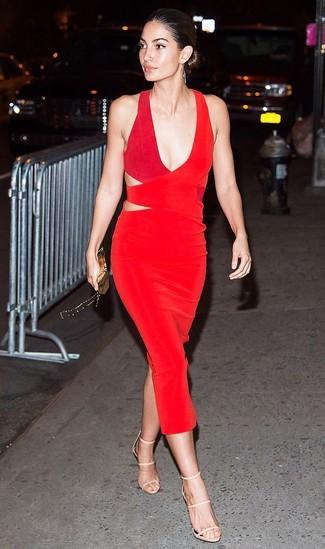 Outfits mujeres: Intenta ponerse un vestido tubo con recorte rojo para una vestimenta cómoda que queda muy bien junta. Sandalias de tacón de cuero en beige son una opción buena para complementar tu atuendo.