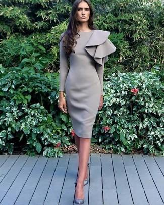 Cómo combinar: vestido tubo con volante gris, zapatos de tacón de cuero grises