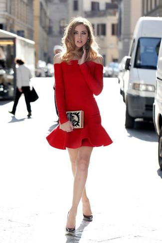 Para crear una apariencia para un almuerzo con amigos en el fin de semana utiliza un vestido tubo con volante rojo. Zapatos de tacón de cuero plateados son una opción buena para completar este atuendo.