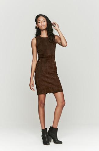 Cómo combinar: vestido tubo de ante en marrón oscuro, botines de cuero negros