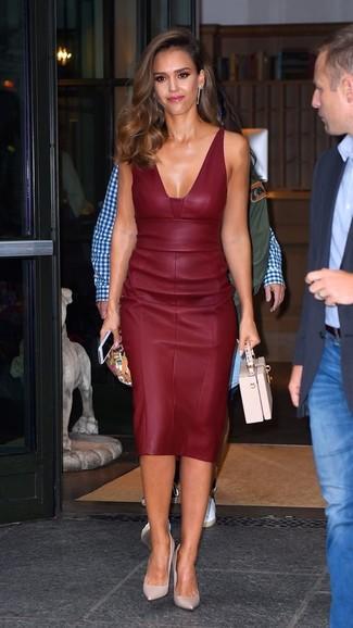 Look de Jessica Alba: Vestido tubo de cuero burdeos, Zapatos de tacón de cuero rosados, Cartera de cuero rosada