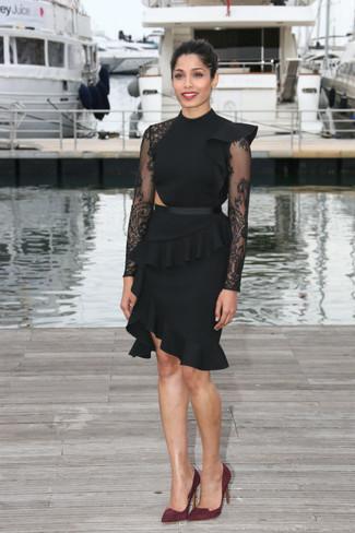 Cómo combinar: vestido tubo de encaje con volante negro, zapatos de tacón de ante burdeos