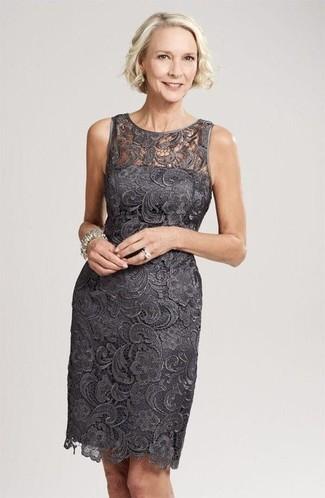 Cómo combinar: vestido tubo de encaje en gris oscuro, pulsera plateada, anillo plateado