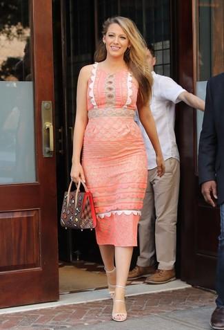 Cómo combinar: vestido tubo de encaje naranja, sandalias de tacón de cuero en beige, cartera de cuero marrón