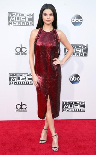 Look de Selena Gomez: Vestido Tubo de Lentejuelas Burdeos, Sandalias de Tacón de Cuero Negras
