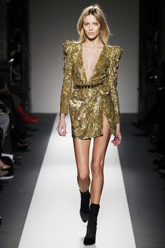 Cómo combinar: vestido tubo de lentejuelas dorado, botines de terciopelo negros, cinturón en negro y dorado