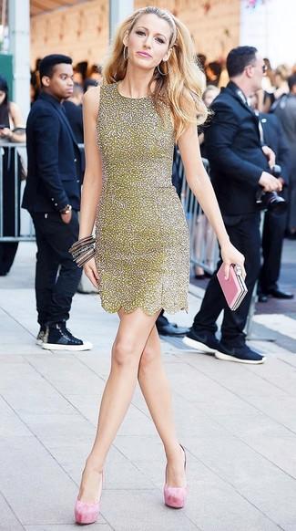 Cómo combinar: vestido tubo de lentejuelas dorado, zapatos de tacón de ante rosados, cartera sobre de cuero rosada