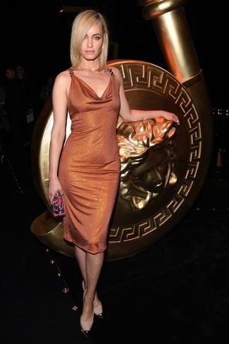 Cómo combinar: vestido tubo de lentejuelas naranja, zapatos de tacón de cuero en beige, cartera sobre con adornos en multicolor