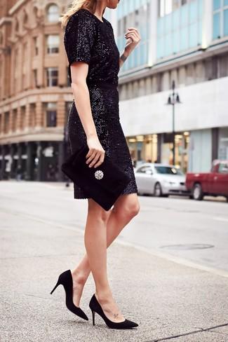 Cómo combinar: vestido tubo de lentejuelas negro, zapatos de tacón de ante negros, cartera sobre de terciopelo con adornos negra