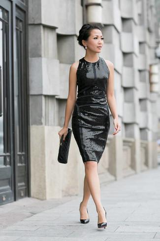 Cómo combinar: vestido tubo de lentejuelas negro, zapatos de tacón de cuero negros, cartera sobre de cuero acolchada negra