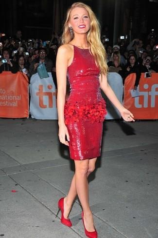 Cómo combinar: vestido tubo de lentejuelas rojo, zapatos de tacón de ante rojos