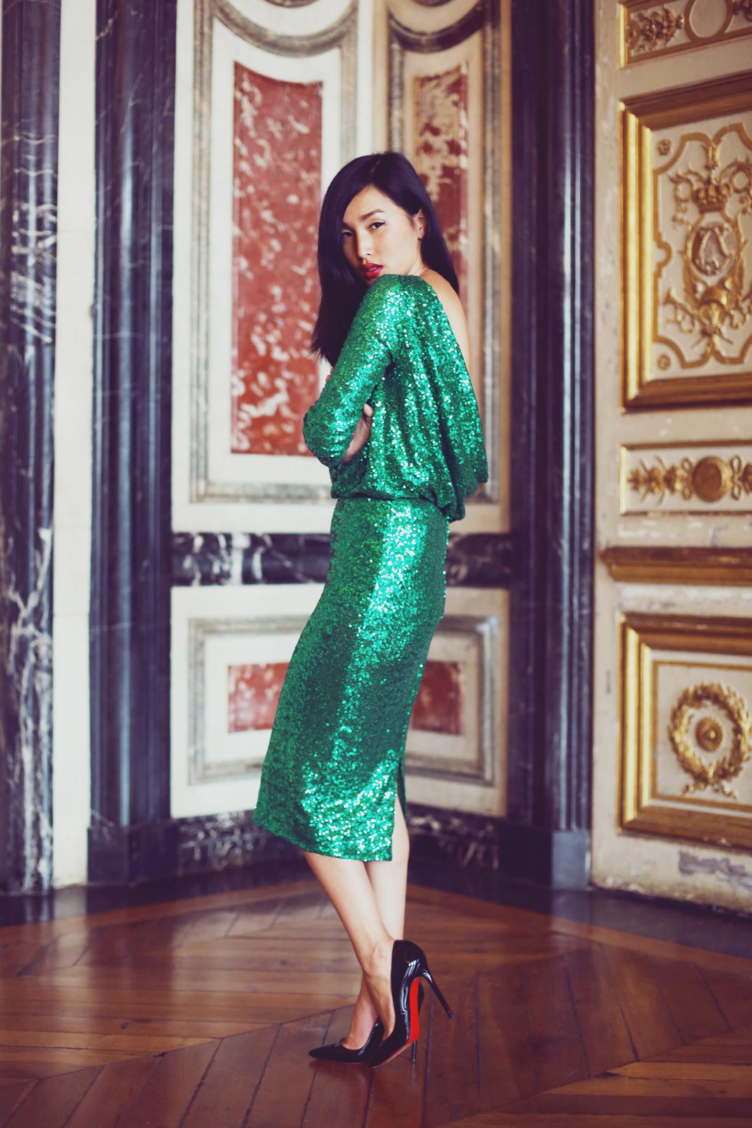 Vestido verde con zapatos negros