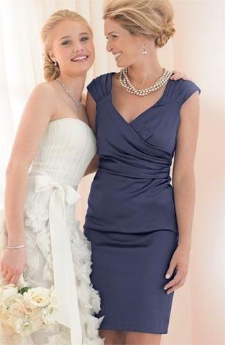 Cómo combinar: vestido tubo de satén azul marino, collar de perlas en beige, pendientes plateados