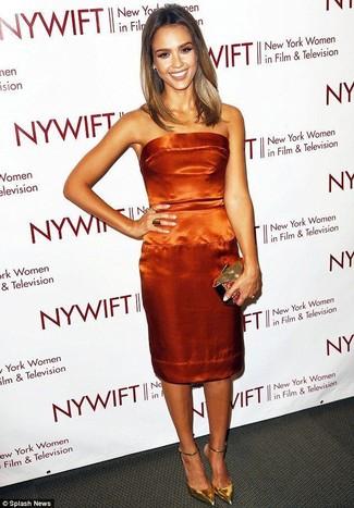 Cómo combinar: vestido tubo de satén naranja, zapatos de tacón de cuero dorados, cartera sobre dorada