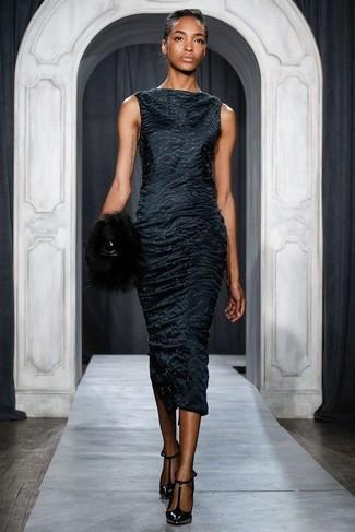 Cómo combinar: vestido tubo de satén negro, zapatos de tacón de cuero negros, cartera sobre de pelo negra
