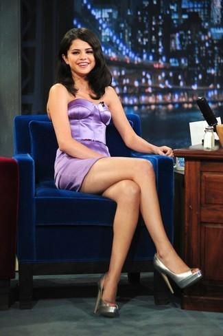 Look de Selena Gomez: Vestido tubo de satén violeta claro, Zapatos de tacón de cuero plateados