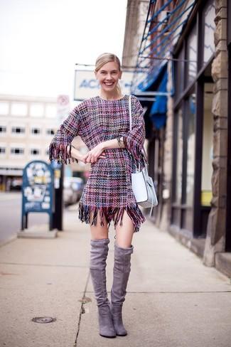 Outfits mujeres estilo elegante: Usa un vestido tubo de tweed rosa para sentirte con confianza y a la moda. Botas sobre la rodilla de ante grises son una opción incomparable para completar este atuendo.