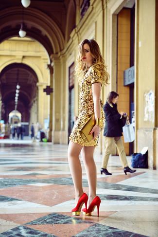Opta por un vestido tubo de lentejuelas dorado para las 8 horas. Zapatos de tacón de ante rojos son una opción grandiosa para completar este atuendo.