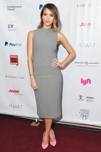 Look de Jessica Alba: Vestido tubo gris, Zapatos de tacón de cuero rosados