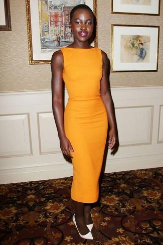Look de Lupita Nyong'o: Vestido tubo naranja, Zapatos de tacón de cuero blancos