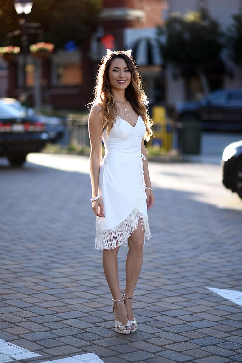 Look de moda Vestido Tubo Сon Flecos Blanco, Sandalias de Tacón de Cuero Blancas