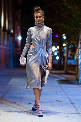 Cómo combinar: vestido tubo con recorte plateado, zapatos de tacón de ante negros, cartera sobre de satén con adornos plateada, pendientes plateados