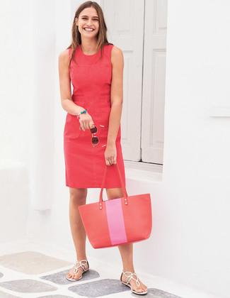 Cómo combinar: vestido tubo rojo, sandalias de dedo de cuero blancas, bolsa tote de cuero roja