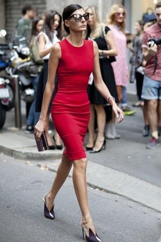 Vestido rojo con zapatos azul marino