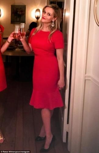Cómo combinar unos pendientes dorados: Emparejar un vestido tubo rojo con unos pendientes dorados es una opción incomparable para el fin de semana. Zapatos de tacón de cuero negros son una opción grandiosa para complementar tu atuendo.
