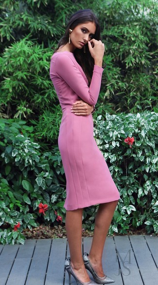 Cómo combinar: vestido tubo rosado, zapatos de tacón de lentejuelas plateados, pendientes dorados