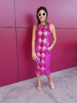 Equípate un vestido tubo con adornos rosa con un reloj dorado para una apariencia fácil de vestir para todos los días. Complementa tu atuendo con sandalias de tacón de cuero rosadas.