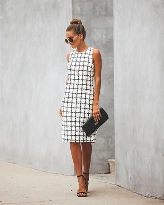 Cómo combinar: vestido tubo a cuadros en blanco y negro, sandalias de tacón de cuero negras, cartera sobre de cuero acolchada negra, gafas de sol en negro y dorado