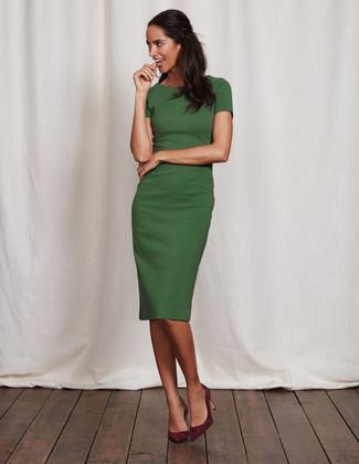 Cómo combinar: vestido tubo verde, zapatos de tacón de ante burdeos