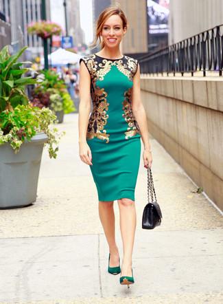 Cómo combinar: vestido tubo verde, zapatos de tacón de ante verdes, bolso de hombre de cuero acolchado negro