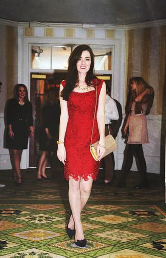 Cómo combinar: vestido tubo de encaje rojo, zapatos de tacón de ante negros, bolso bandolera de cuero dorado, collar dorado