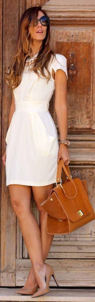 Cómo combinar: vestido tubo blanco, zapatos de tacón de cuero marrón claro, bolso de hombre de cuero en tabaco, gafas de sol negras