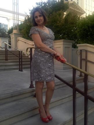 Cómo combinar: vestido tubo de lentejuelas gris, zapatos de tacón de cuero con recorte naranjas, cartera sobre de cuero naranja, collar dorado
