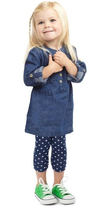 Cómo combinar: vestido vaquero azul marino, leggings a lunares azul marino, zapatillas verdes