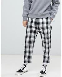Pantalón chino a cuadros en blanco y negro de Bershka