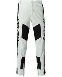 Pantalón chino con estampado geométrico en blanco y negro de Kenzo