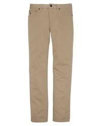 Un blazer gris oscuro y un pantalón chino son un look perfecto para ir a la moda y a la vez clásica.
