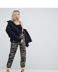 Pantalón de pinzas de camuflaje verde oliva de Missguided Tall