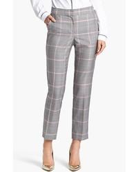 Si buscas un look en tendencia pero clásico, empareja una gabardina marrón claro junto a un pantalón de vestir.