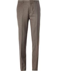 Emparejar un blazer gris oscuro con un pantalón de vestir es una opción atractiva para una apariencia clásica y refinada.